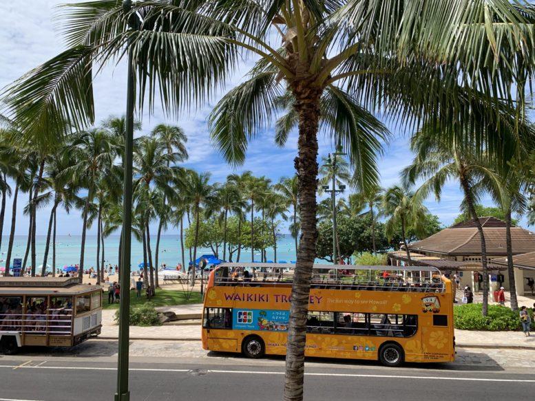 ハワイの風景、カラカウア通りを走るワイキキトロリーバス