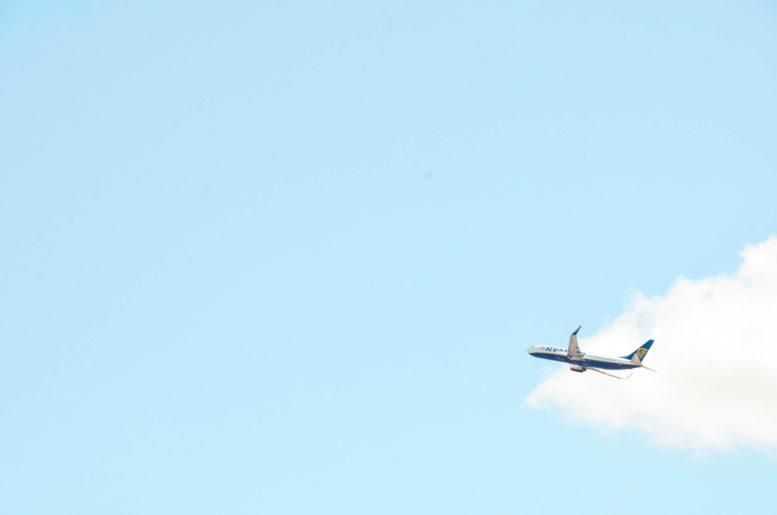 ハワイの空を飛ぶ飛行機